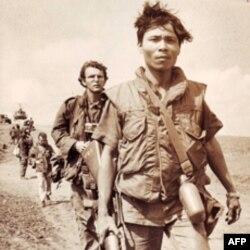 Ông Carl Robinson trong lần đi đưa tin về 1 cuộc hành quân hồi năm 1971