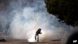 埃及示威者向警察拋回催淚彈