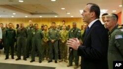 토니 애벗 호주 총리(오른쪽)가 지난달 31일 말레이시아 실종기 수색 본부에서 작업 참가자들을 격려하고 있다.