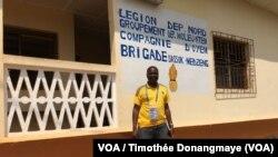 Devant la brigade de gendarmerie de Mezeng, Gabon, 26 janvier 2017. (VOA/ Timothée Donangmaye)