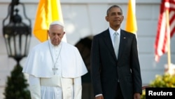 U.S. President Barack Obama (R) stands with Pope Francis during an arrival ceremony for the pontif at the White House in Washington, Sept. 23, 2015.