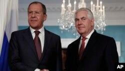 """Menlu Rusia Sergey Lavrov saat bertemu Menlu AS Rex Tillerson di Washington DC (foto: dok). Menlu Rusia menyatakan kecewa dengan fokus utama dari strategi Afghanistan baru Presiden AS Donald Trump yang berupa """" metode kekuatan."""""""