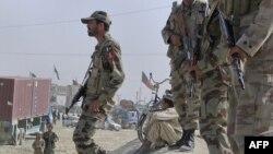 Binh sĩ bán quân sự Pakistan canh gác dọc theo con đường các thành viên bộ tộc tu tập để phản đối vụ bạo động ở Chaman