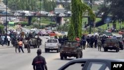 Des soldats ivoiriens se déploient lors d'une manifestation à Abidjan, Ivory Coast, 18 novembre 2014.