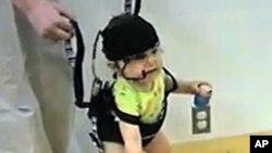 这个八个半月大的宝宝带上了一个重量只有45.4克的眼球跟踪头套,头套上装着两个相机
