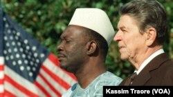 Le président du Mali, Moussa Traoré, avec son homologue américain Ronald Reagan, lors des cérémonies d'accueil pour l'arrivée du chef d'Etat malien aux Etats Unis, le 06 octobre 1988. (Photo by MIKE SARGENT / AFP)