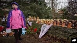 Bé Ava Staiti 7 tuổi đứng trước nơi tưởng niệm nạn nhân vụ thảm sát tại Trường Tiểu học Sandy Hook, ở Newtown, bang Connecticut