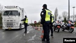 Francuski policajci na granici sa Belgijom