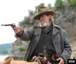 Jeff Bridges sebagai Rooster Cogburn.