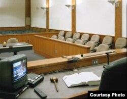 法官席(前)与陪审团席(右)