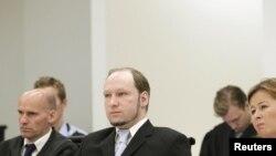Masovni ubica Anders Bering Brejvik na suđenju, okružen svojim braniocima