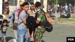 Relawan dan petugas terus melakukan evakuasi korban bencana gempa bumi dan tsunami di Palu, Sulawesi Tengah, 6 Oktober 2018. (Foto: VOA/Yoanes Litha).