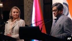 ہلری کلنٹن اپنے بھارتی ہم منصب کےہمراہ