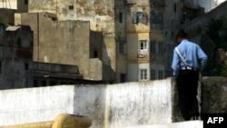 Un policier marocain dans le port de Tanger, Maroc, 26 août 2001.