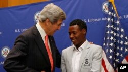 美國國務卿克里在美國駐亞的斯亞貝巴使館會見了獲得今年波士頓馬拉松賽男子組冠軍的埃塞俄比亞的萊斯薩.戴利薩時。