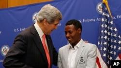 John Kerry talks s'entretenant avec Lelisa Desisa Bentiin, à Addis Ababa