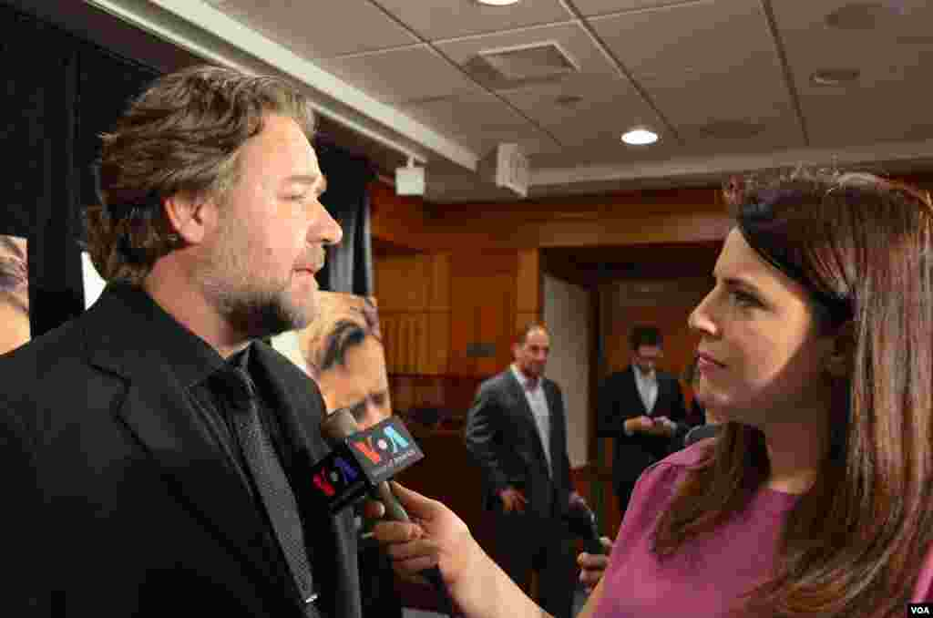 "Mehtap Colak Yilmaz of VOA Turkish, interviewing Russell Crowe on his latest movie ""Water Diviner,"" April 2015."