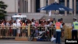 2014年6月4日参观者排队安检进入天安门广场