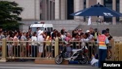 Du khách xếp hàng chờ kiểm tra an ninh trước khi vào Quảng trường Thiên An Môn, ngày 4/6/2014.