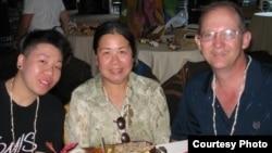 被捕的美国公民潘婉芬(中)(图片来源:savesandy.org)