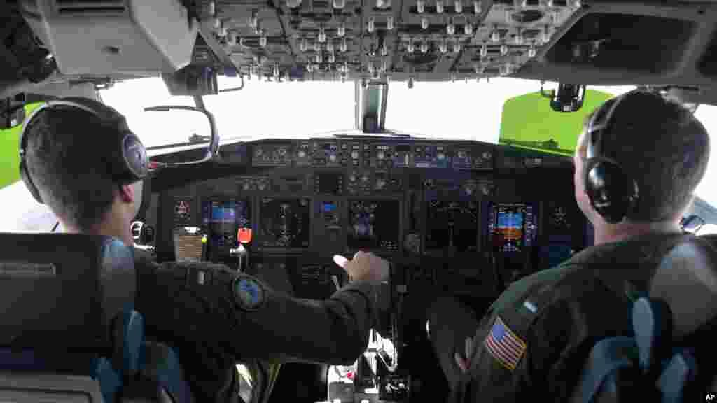 Deux pilotes participent aux opérations de recherche et de sauvetage pdu vol MH370, 19 mars 2014.