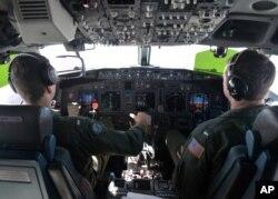 两名美国海军飞行员正在驾驶P-8A波塞顿海上巡逻机执行任务。 (资料照片)