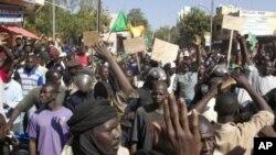 Warga Mali melakukan unjuk rasa di Bamako menuntut resolusi DK PBB di Mali (8/12). Perancis mendesak warganya meninggalkan Mali akibat meningkatnya kekerasan.