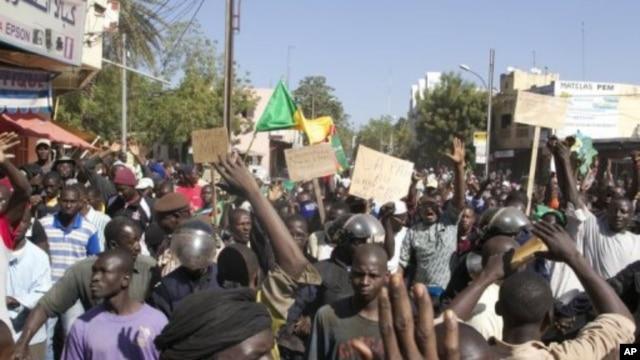 Malians demonstrate in Bamako on December 8, 2012, to demand a UN Security Council resolution (AFP/File, Habibou Kouyate)