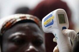 Hành khách đo nhiệt độ cơ thể trước khi bay