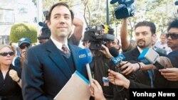 삼성-애플 특허 소송에 대한 배심원들의 평결이 끝난 직후, 법원을 나서고 있는 애플 측 변호사