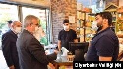 Diyarbakir Valisi Münir Karaoğlu, tedbirleri denetledi, esnaf ve vatandaşlarla sohbet etti.