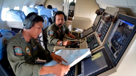 12月28日印尼海军在爪哇海帮助搜寻失踪的亚航客机