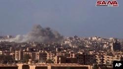 叙利亚官方的叙利亚阿拉伯通讯社11月2日的照片画面显示,政府军向代尔祖尔的伊斯兰国武装发动炮击。