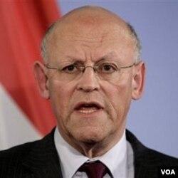 Menlu Belanda Uri Rosenthal mengutuk hukuman gantung atas Bahrami, dengan mengatakan itu adalah tindakan biadab rejim Iran.