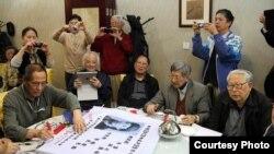 左起:原趙紫陽秘書鮑彤、北大地質系陶世龍、胡耀邦三子胡德華、人民日報陳祖甲、中央黨校杜光,後紅衣為蔣彥永