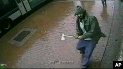Gambar yang diambil dari video yang dirilis oleh Kepolisian New York ini memperlihatkan gambar seorang pria membawa kapak, mendekati sekelompok polisi di Queens, New York (23/10).
