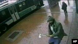 Di foto yang diambil dari video New York Police Department, seorang pria tidak dikenal mendekati petugas polisi New York dengan kapak, Kamis, 23 Oktober 2014, di Queens, New York. Pria tersebut melukai dua petugas polisi dengan kapak sebelum petugas lainnya menembak dan membunuhnya. (AP Photo/New York Police Department)