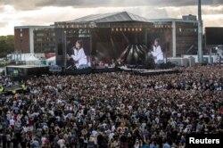 پنجاه هزار نفر در کنسرت یادبود قربانیان حمله انتحاری منچستر شرکت کردند.