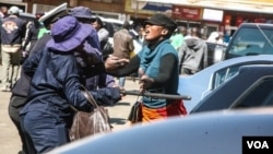 Municipal police clash with vendors in Harare. (Photo: Thomas Chiripasi
