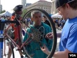 Servis perbaikan sepeda di 'Pit stop'