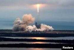 지난 2월 플로리다주 케네디 우주센터에서 스페이스X의 '팰컨 9' 로켓이 발사되는 광경.