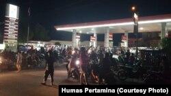 Kondisi SPBU Pertamina di Palu masih melayani masyarakat pada pukul 23.00 WITA, Sabtu, 29 September 2018. (Foto: Humas Pertamina)