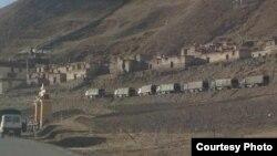 Xe tải quân đội Trung Quốc bên ngoài Tu viện Tarmo ở quận Driru, Vùng Tự trị Tây Tạng