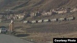 解放軍軍車駐紮在西藏比如縣一座喇嘛廟外。