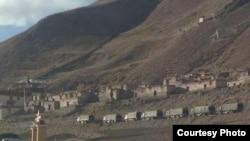 解放军军车驻扎在西藏比如縣一座喇嘛庙外。