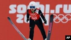 Nữ vận động viên trượt tuyết nhảy cầu Sara Takanashi của Nhật Bản tập luyện tại Thế vận hội Mùa Đông Sochi.