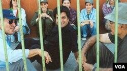 Sutradara film Jafar Panahi (depan, tengah) dalam tahanan di Iran.