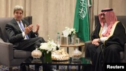 지난달 19일 미국 뉴욕의 플라자 호텔에서 만나 환담하고 있는 존 케리(왼쪽) 미 국무장관과 무함마드 빈 나예프 사우디아라비아 왕세자. (자료사진)