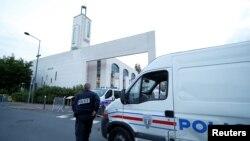 Polisi mengamankan masjid di Créteil dekat Paris, Perancis, 29 Juni 2017 setelah seorang pria ditangkap karena mencoba mengendarai mobil ke arah kerumunan warga di depan masjid. (Foto: REUTERS/Gonzalo Fuentes)