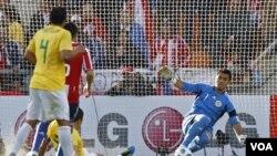 La más clara oportunidad de Brasil en el primer tiempo fue el cercano disparo del capitán Lucio, que fue contenido por el arquero paraguayo Justo Villar, que fue imabtible para los brasileños.